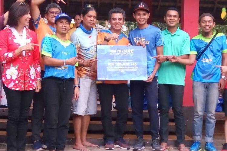Direktur Nasional SOS Childrens Villages Indonesia Gregor Hadi Nitihardjo (keempat dari kanan arah pembaca) dan Yulianti Utomo (paling kiri dari arah pembaca, pengumpul donasi terbanyak pada kegiatan SOS Run To Care (RTC) 150K Bali pada 2019) saat pengumuman jumlah donasi.  RTC 150K Bali 2019 berhasil mengumpulkan donasi sebesar Rp 2.395.670.745.  Foto diambil pada Minggu (15/9/2019) di SOS Childrens Village Cibubur Jakarta Timur.