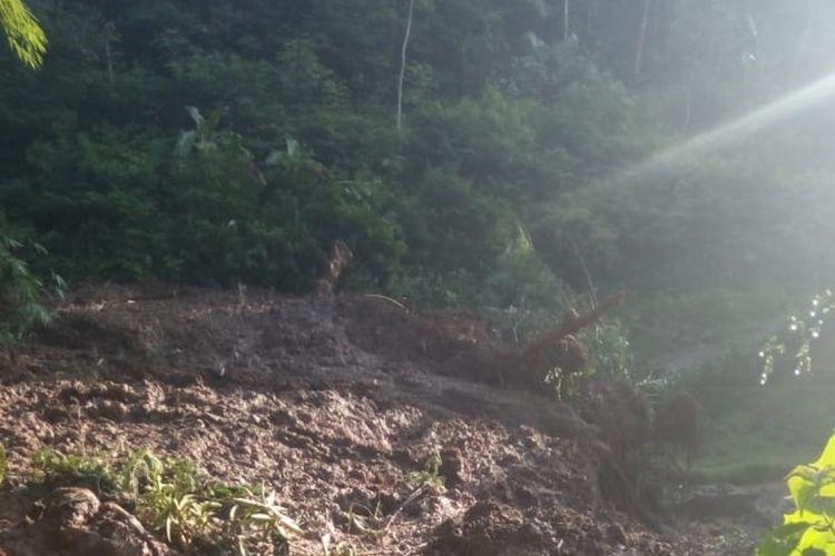 Longsor akibat cuaca buruk menyebabkan dua desa terisolir dan satu pengendara motor tertimbun di Desa Santanamekar Kecamatan Cisayong Kabupaten Tasikmalaya, Jumat (28/2/2020).