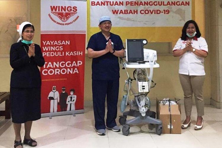 Wings Group menyalurkan bantuan ke RS Carolus untuk menghadapi wabah COVID-19, serah terima dilakukan oleh Head of Marketing Public Relations PT Sayap Mas Utama Gabriella Da Silva kepada Dokter JB Endrotomo Sumargono,  Sp.OT, Direktur Utama RS St. Carolus.