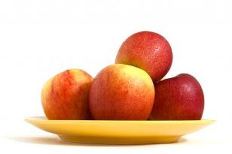 Makan buah saat sahur bisa membuat perut kenyang lebih lama.