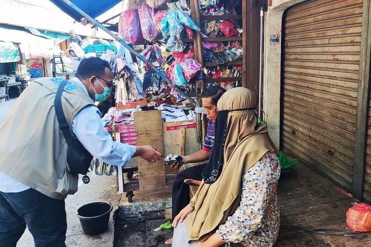 Relawan Gerakan Mobil Masker (GMM) sedang bertugas membagikan masker bagi warga di wilayah Jawa Barat (Jabar), Senin (23/8/2021).