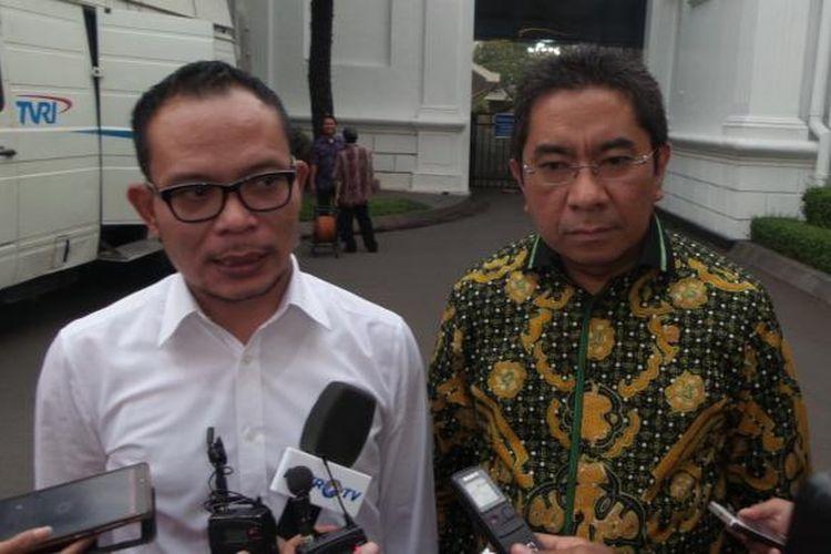 Menteri Tenaga Kerja Hanif Dakhiri bersama Direktur Utama BPJS Ketenagakerjaan Elvyn G. Masassya di istana kepresidenan, Jumat (3/7/2015).
