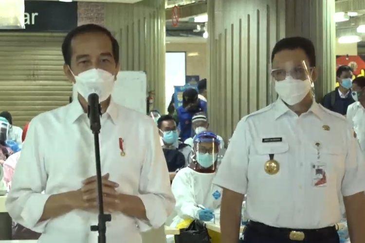 Gubernur DKI Jakarta Anies Baswedan mendampingi Presiden Joko Widodo meninjau pelaksanaan vaksinasi Covid-19 di Pasar Tanah Abang, Jakarta Pusat, Rabu (17/2/2021) pagi.