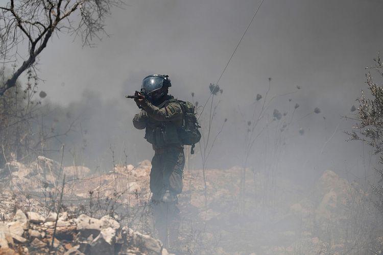 Anggota pasukan Israel membidikkan senjatanya ke arah pendemo Palestina saat aksi protes menentang rencana Israel menganeksasi bagian wilayah pendudukan Tepi Barat, di Kafr Qaddum dekat Nablus, Jumat (3/7/2020). ANTARA FOTO/REUTERS/Mohamad Torokman/pras/djo