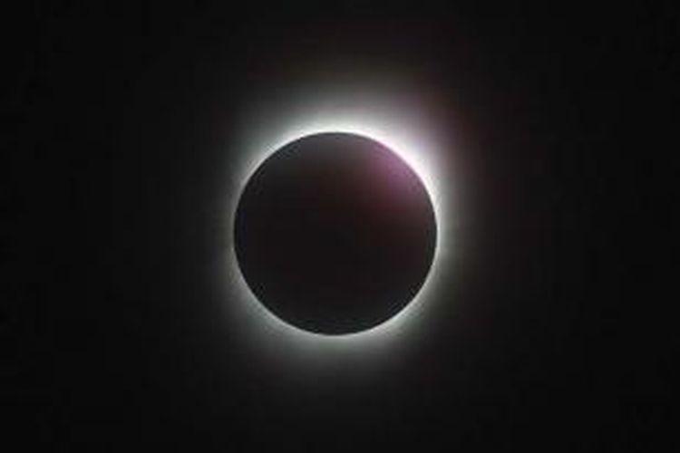 Gerhana matahari total pada 22 Juli 2009 dilihat dari Kota Chongqing, China. Kamera Canon EOS 1D Mk3, ISO 800, rana 1/100 detik, diafragma 6,3, aperture priority dengan kompensasi minus 3, lensa 400 milimeter, dengan krop. Arsip Agatha Bunanta, pernah dimuat Kompas, 4/8/2009.