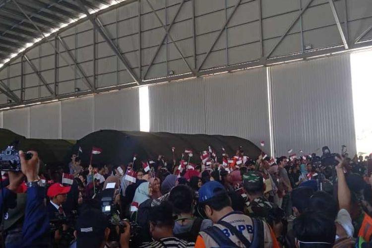 Tepat pukul 13.15 sebagian WNI yang telah menjalani masa karantina selama 14 hari di Hangggar Lanud Raden Sadjad Ranai, Kabupaten Natuna, Kepulauan Riau (Kepri) diterbangkan ke Jakarta. Hal ini juga merupakan tanda berakhirnya masa observasi dan karantina yang dilakukan pemerintah pusat terhadap WNI dari Wuhan, Sabtu (15/2/2020).