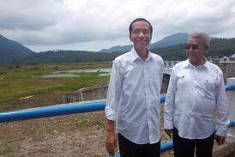 Presiden Joko Widodo bersama Gubernur Nangroe Aceh Darussalam Abdullah Zaini saat berkunjung ke Bendungan Paya Seunara di Kota Sabang, Aceh, Selasa (10/3/2015).