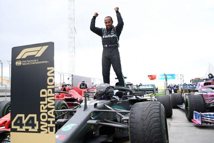 Lewis Hamilton memastikan gelar juara dunia ketujuhnya setelah menjadi pemenang F1 GP Turki pada Minggu (15/11/2020) malam WIB. Ini sekaligus menjadikannya pemenang F1 2020 meski masih ada tiga seri tersisa.