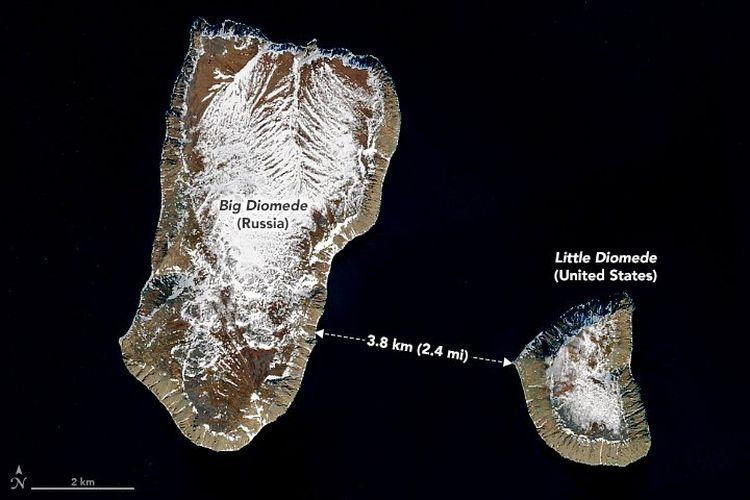 Pulau Diomede Besar (kiri) milik Rusia dan Pulau Diomede Kecil milik Amerika Serikat (AS) di Selat Bering. Kedua pulau ini hanya berjarak sekitar 3,8 kilometer namun perbedaan waktunya 21 jam.