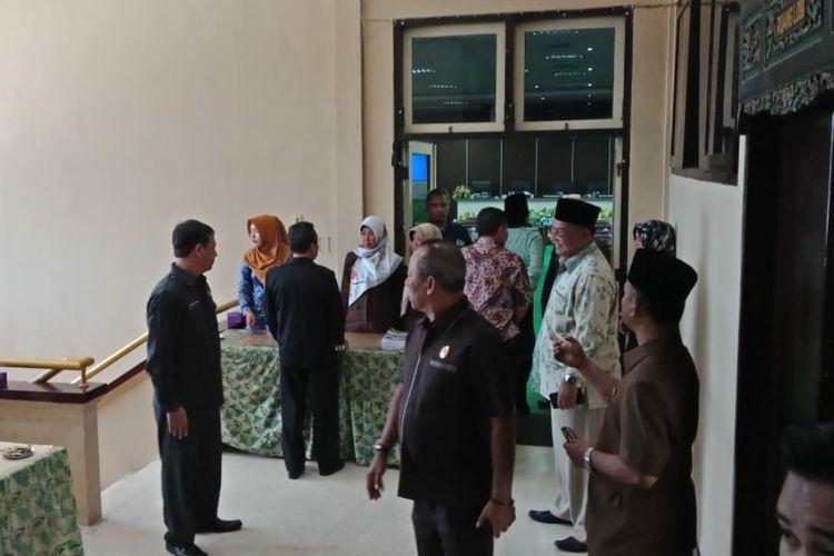 Sejumlah anggota dewan menghubungi beberapa anggota dewan lainnya untuk menghadiri sidang paripurna DPRD Pamekasan tentang penetapan Raperda RPJMD, Jumat (29/3/2019)