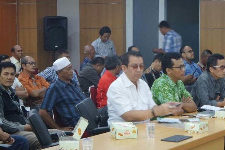 Puluhan ketua RT dan RW di Jakarta datang ke DPRD DKI untuk protes keberatan sistem pelaporan via Qlue.