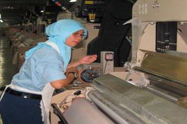 Pekerja mengamati kinerja mesin tekstil di PT Daliatex Kusuma, Bandung, Jawa Barat, Sabtu (23/3/2013). Industri tekstil adalah salah satu industri strategis yang berperan menyerap tenaga kerja dan menghasilkan devisa ekspor non minyak bumi dan gas.