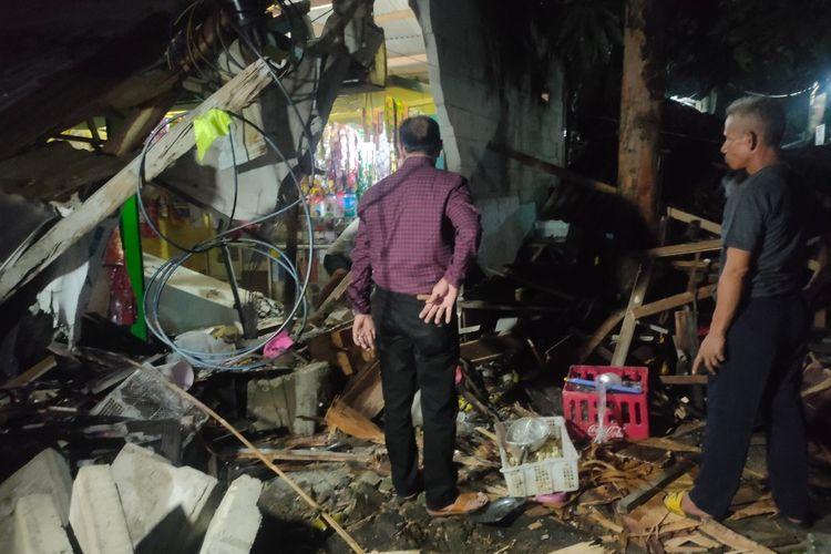 Dua warung rusak berat akibat tertabrak truk yang tak kuat menanjak di Jalan Cendrawasih, Ciputat, Tangerang Selatan, Kamis (3/5/2021).