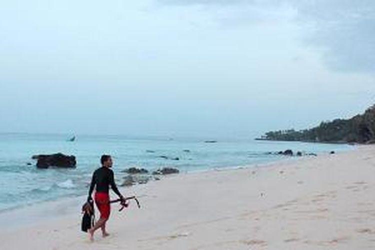 Pantai Sumur Tiga, Kota Sabang, Aceh, tampak elok, seperti terlihat Juni lalu. Sabang terus bersolek menjadi kota wisata nasional dan internasional.