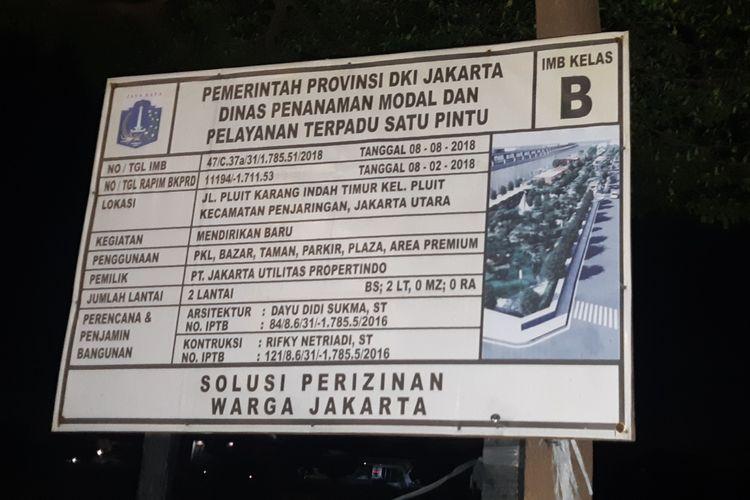 Papan informasi yang berada di Lahan ruang terbuka hijau (RTH) di Jalan Pluit Karang Indah Timur, Penjaringan, Jakarta Utara, Selasa (4/2/2020) malam