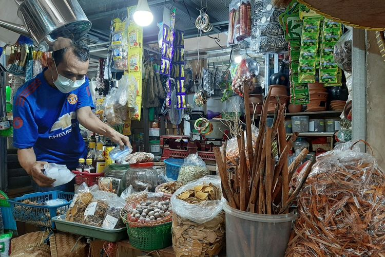 Yono (53) salah seorang pedagang rempah-rempah di Pasar Peterongan, Semarang