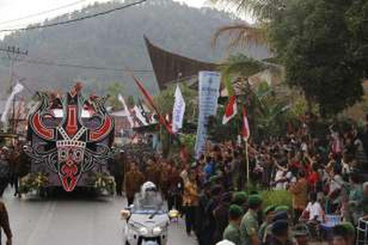 Mobil hias yang ditumpangi Presiden Joko Widodo melintasi rute Karnaval Kemerdekaan Pesona Danau Toba di Balige, Toba Samosir, Sumatera Utara, Minggu (21/8/2016). Perayaan Hari Ulang Tahun (HUT) ke-71 RI tahun ini dipusatkan di Danau Toba, Sumatera Utara dengan tajuk