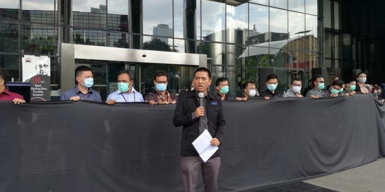 Wadah Pegawai Komisi Pemberantasan Korupsi (WP KPK) menggelar aksi solidaritas di depan lobi gedung Merah Putih KPK, Jakarta, Kamis (7/2/2019). Aksi ini dipimpin oleh Ketua WP KPK Yudi Purnomo