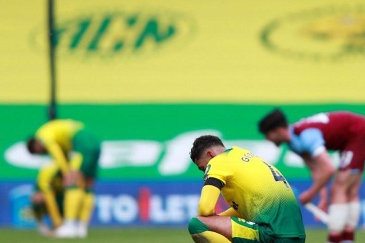 Para pemain Norwich City tertunduk setelah dipermalukan West Ham United dengan skor 0-4 pada pertandingan Liga Inggris, Sabtu 11 Juli 2020. Hasil pertandingan ini membuat Norwich terdegradasi dari Liga Inggris musim 2019-2020.
