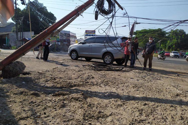 Tiang kabel telepon jatuh menimpa gerobak es buah di Ciater, Tangerang Selatan, Kamis (16/9/2021).
