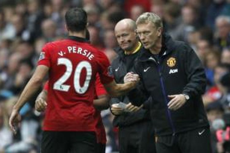 Striker Manchester United, Robin van Persie (kiri), dan Manajer MU, David Moyes (kanan).