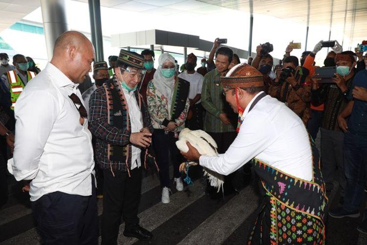 Gubernur NTT Viktor Laiskodat dan Bupati Manggarai Barat Agustinus Ch Dula, saat menyambut kedatangan Menteri PPN atau Kepala Bappenas Suharso Monoarfa, di Bandara Komodo, Kamis (16/7/2020).