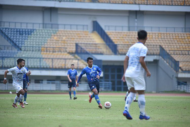 Winger Persib Bandung, Febri Hariyadi, dalam game internal yang berlangsung di Stadion GBLA, Kota Bandung, Sabtu (29/5/2021).