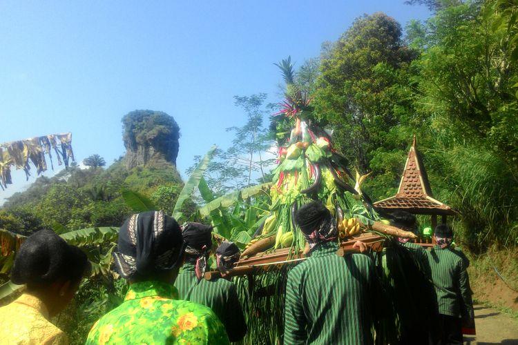 Destinasi wisata di ketinggian Bukit Menoreh merupakan andalan Kecamatan Samigaluh, Kulon Progo, DI Yogyakarta, khususnya di Dusun Tritis. Tiap tahun berlangsung tradisi nyadran dan merti dusun, sekaligus kirab melewati beberapa destinasi. Mereka berharap, melalui tradisi yang masih berlangsung, maka desa mereka juga semakin menarik bagi wisatawan.