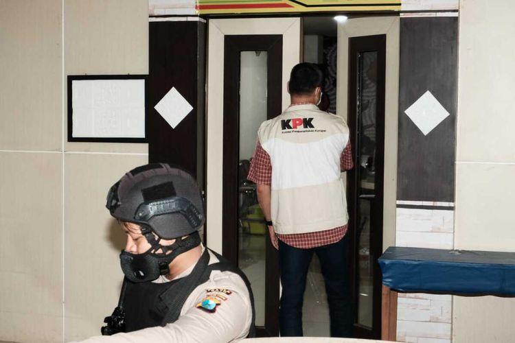 Penyidik KPK saat memasuki ruang Dinas Pendidikan Kota Batu di Balai Kota Among Tani Kota Batu, Jawa Timur, Rabu (6/1/2021).