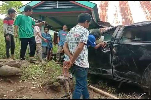 Minibus Terguling di Tanjakan hingga Menabrak Rumah