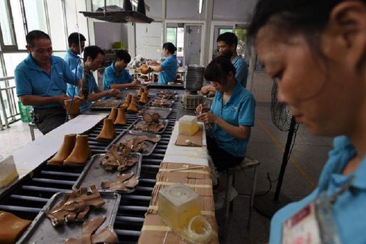 Para buruh di pabrik sepatu di Huajian, pabrik yang bisa menghasilkan sekitar 100,000 pasang sepatu bermerek bagi Ivanka Trump.