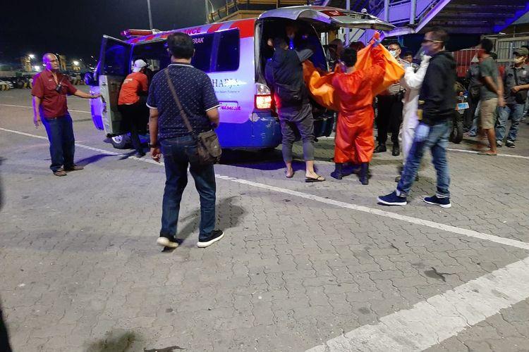 Petugas melakukan proses evakuasi dua orang penumpang yang ditemukan tewas tanpa busana