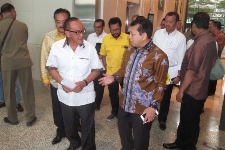 Ketua Dewan Pembina Golkar Aburizal Bakrie dan Ketua Umum DPP Golkar usai bertemu di Bakrie Tower, Jakarta Selatan, Senin (28/11/2016).