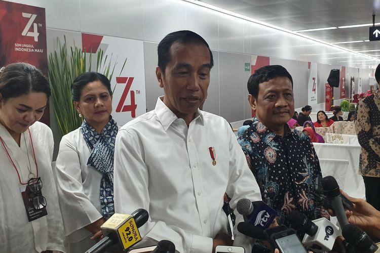 Presiden Jokowi memberi keterangan kepada wartawan di Stasiun MRT Bundaran HI, Jakarta, Kamis (1/8/2019).