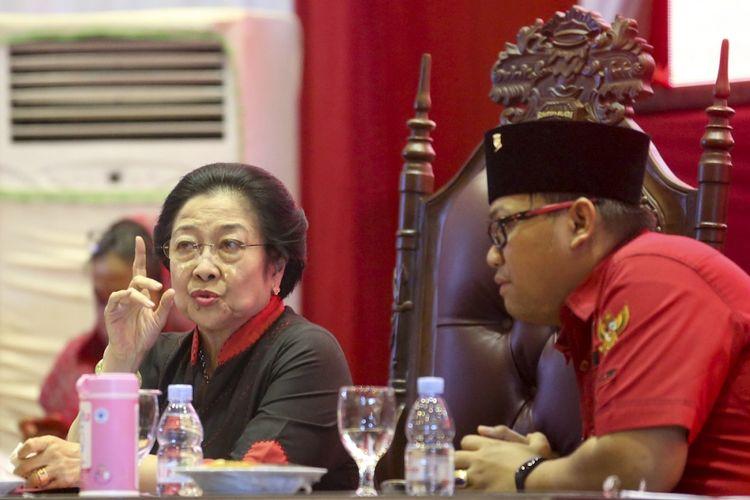 Ketua Umum DPP PDI Perjuangan Megawati Soekarnoputri (kiri) berbincang dengan Ketua DPD PDI Perjuangan Provinsi Sumsel Giri Ramanda N Kiemas (kanan) saat menghadiri Konsolidasi Organisasi Partai PDI Perjuangan Provinsi Sumatera Selatan di Palembang Sport and Convention Center (PSCC) Palembang, Sumatera Selatan, Rabu (13/9/2017). Rapat Konsolidasi Internal tersebut membahas persiapan PDIP dalam pemenangan Pilkada Serentak di Sumsel tahun 2018. ANTARA FOTO/Nova Wahyudi/ama/17