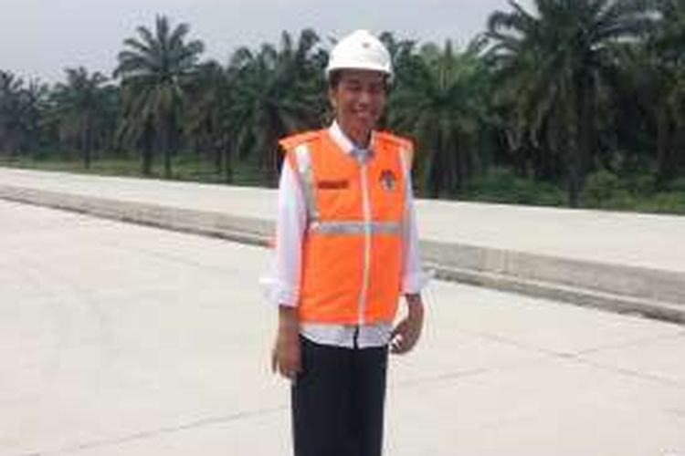 Presiden Joko Widodo (Jokowi) di proyek Medan-Kualanamu, Sumatera Utara, Rabu (2/3/2016).