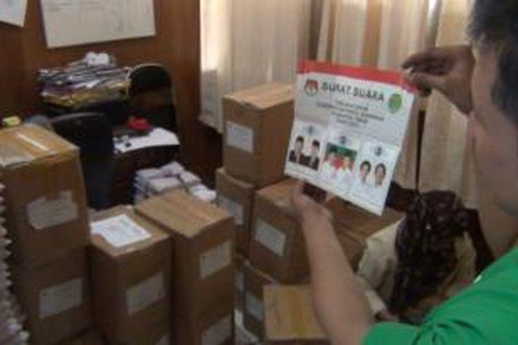 Petugas KPU Samarinda memperlihatkan proses penyortiran surat suara