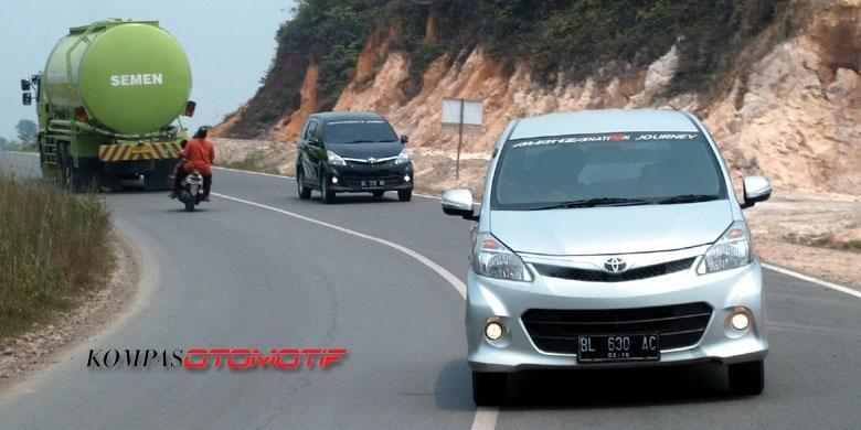 Bukit dan lembah di Sumatera Barat dilibas dengan mudah oleh Toyota Avanza.