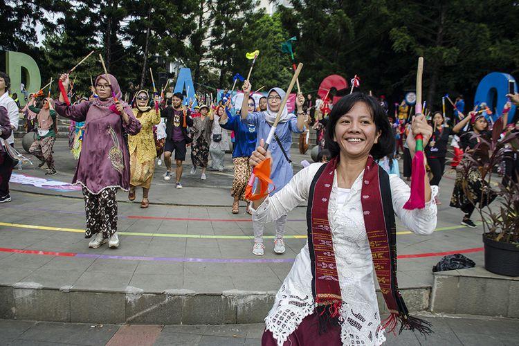 Perempuan dari Komunitas Rumpun Indonesia membawakan Tarian Laras Bambu saat peringatan Hari Perempuan Internasiona di Taman Cikapayang, Bandung, Jawa Barat, Minggu (8/3/2020). Tarian tersebut merupakan simbol yang melambangkan kehadiran, suara,toleransi serta kebersamaan perempuan sebagai bentuk aspirasi perempuan pada ruang publik.