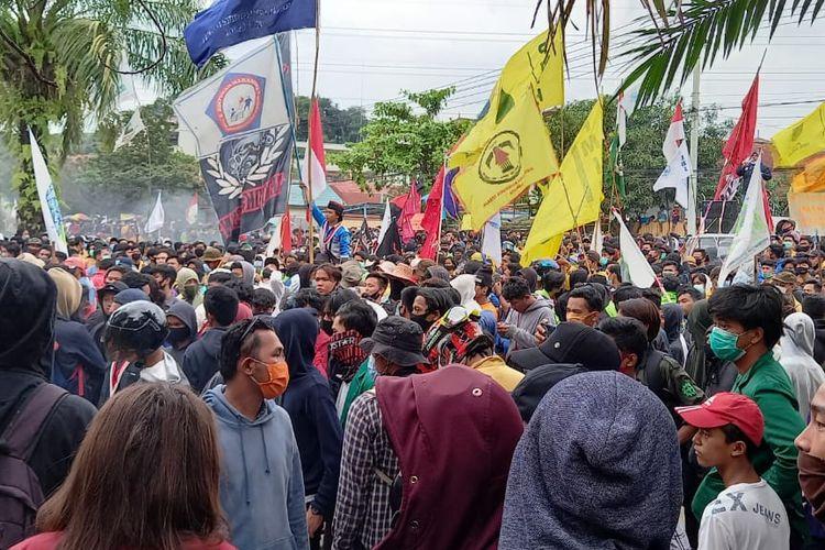 Detik-detik jelang pembubaran paksa oleh polisi terhadap massa aksi yang demo menolak UU Cipta Kerja di depan Kantor DPRD Kaltim, Jalan Teuku Umar, Samarinda, Kamis (8/10/2020).