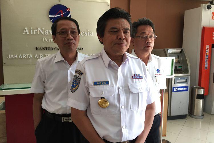 Direktur Jenderal Perhubungan Udara Agus Santoso (tengah) bersama Direktur Utama AirNav Indonesia Novie Riyanto (kanan) menjelaskan perihal bahaya balon udara bagi keselamatan penerbangan usai rapat di kantor AirNav, Bandara Soekarno-Hatta, Selasa (27/6/2017).