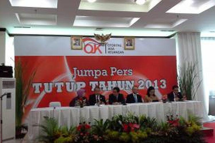 Ketua Dewan Komisioner OJK Muliaman D Hadad memberikan penjelasan dalam konferensi pers akhir tahun.
