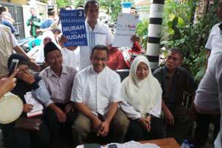 Calon gubernur DKI Jakarta Anies Baswedan saat berkampanye di kawasan Lagoa, Jakarta Utara, Selasa (27/12/2016). Anies turut didampingi oleh seorang ibu yang pernah diteriaki