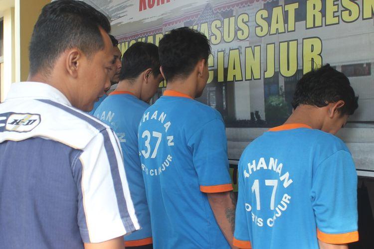 Polisi mengamankan empat orang tersangka yang berperan sebagai mucikari dalam jaringan prostitusi di kawasan Puncak, Cianjur, Jawa Barat yang berhasil diungkap jajaran Polres Cianjur, Sabtu (28/12/2019).