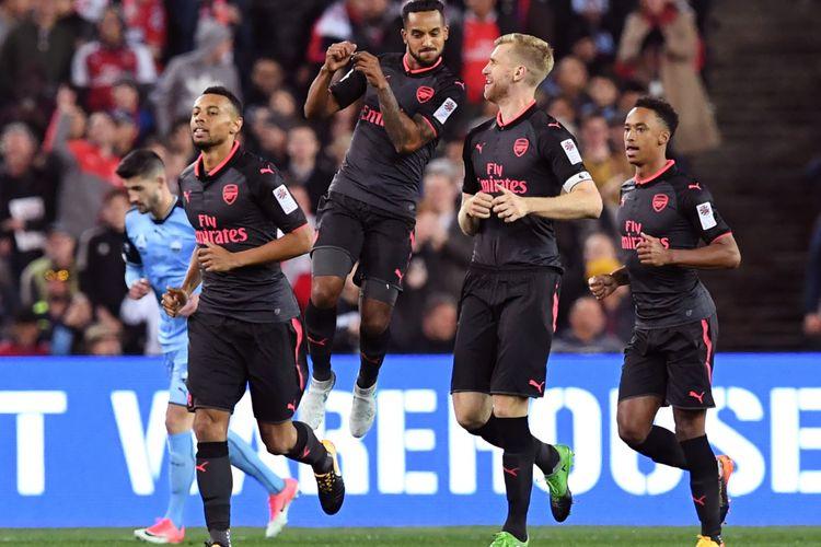 Bek Arsenal Per Mertesacker (2 dari kanan) mendapat sambutan dari rekan setim, Francis Coquelin (2 dari kiri), setelah mencetak gol ke gawang Sydney FC dalam pertandngan pra-musim di Sydney, Kamis (13/7/2017).