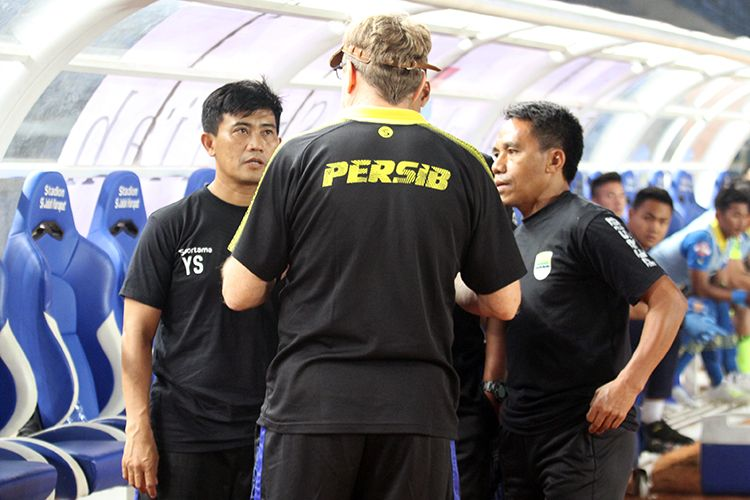 Tim Pelatih Persib Bandung berdiskusi sebelum pertandingan Persib vs Persipura pada pekan pertama Liga 1 2019, di Stadion Si Jalak Harupat, Kabupaten Bandung, beberapa waktu lalu. (KOMPAS.com/SEPTIAN NUGRAHA)