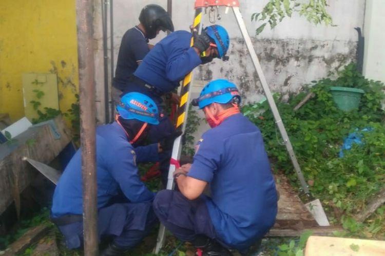 Proses evakuasi korban terjatuh ke dalam sumur oleh petugas Damkar Kota Semarang.
