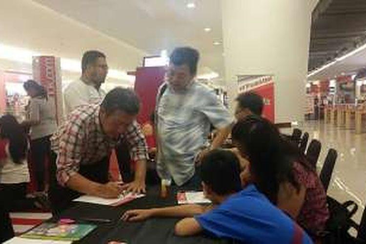 Sejumlah warga mengisi ulang formulir dan menyerahkan fotokopi KTP mereka untuk mendukung Basuki Tjahaja Purnama maju dalam Pilkada DKI Jakarta 2017 lewat jalur independen di booth Teman Ahok di Emporium Pluit Mall, Jakarta Utara, Senin (14/3/2016).