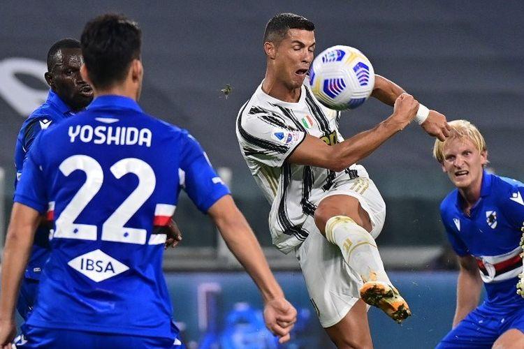 Penyerang Portugal dari Juventus, Cristiano Ronaldo, melakukan tembakan ke gawang selama pertandingan sepak bola Serie A Italia Juventus vs Sampdoria pada 20 September 2020 di stadion Juventus di Turin.