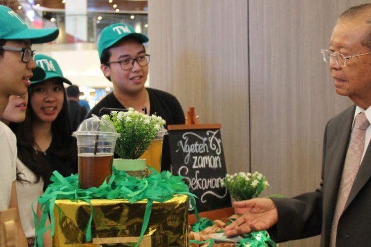 Rektor Podomoro University (PU) Dr. Cosmas Batubara menyaksikan para mahasiswa PU memamerkan bisnis Teh Menari dalam pameran di Neo SOHO Podomoro City, Jakarta.